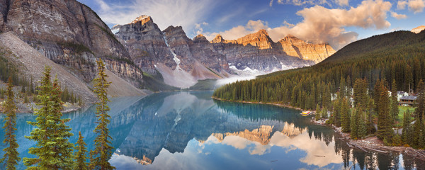 Foto auf Acrylglas Kanada Moraine Lake at sunrise, Banff National Park, Canada