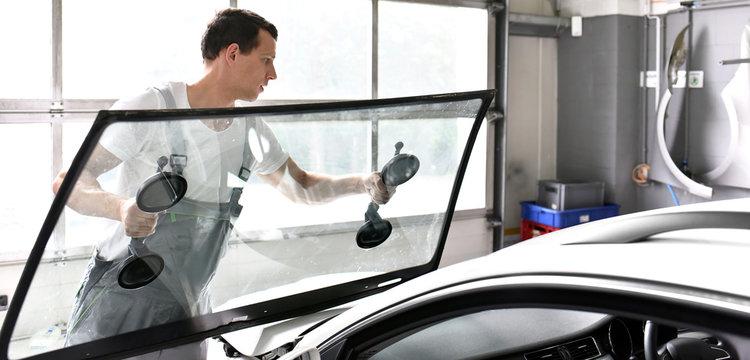 Austausch der Frontscheibe in einer Werkstatt durch professionellen Automechaniker // change car glass in garage