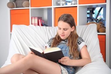 Lesen im Wohnzimmer