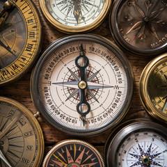 Fototapete - Old compass on vintage wood