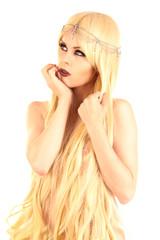 Nackte Frau mit Haaren bedeckt