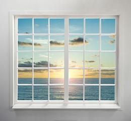 Nowożytny mieszkaniowy okno z dennym widokiem podczas zmierzchu