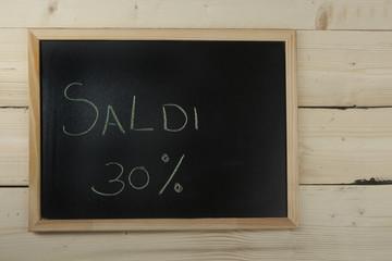 Lavagna con scritta saldi al 30%