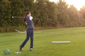 Weiblicher Golfer lernt Golf auf der Driving Range