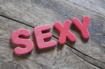 mot sexy en lettres rouge