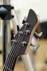 Musikinstrument E-Bass Fünfsaiter bundiert Kopfplatte