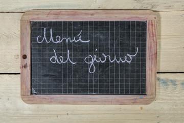 lavagna con scritta menù del giorno su sfondo di legno