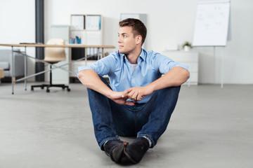 entspannter junger mann im büro