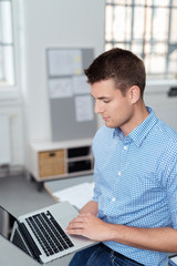 mitarbeiter mit laptop im büro