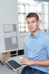 motivierter mitarbeiter mit laptop im büro