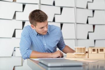 architekt plant ein haus