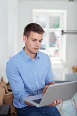 mann im büro informiert sich im internet