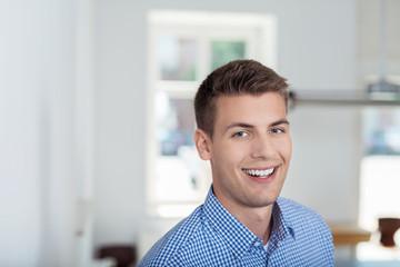 glücklicher mann lacht in die kamera