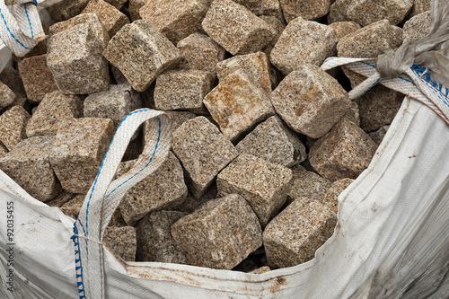 pflastersteine aus granit in einem big bag sack stockfotos und lizenzfreie bilder auf. Black Bedroom Furniture Sets. Home Design Ideas