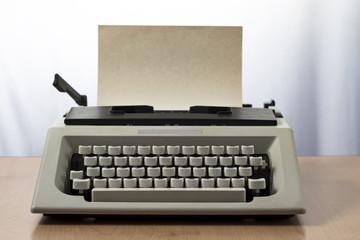 Máquina de escribir retro de los 80 con papel