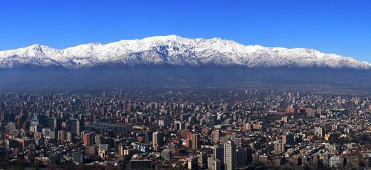 Panorama von Santiago/Chile mit Andenkordillere