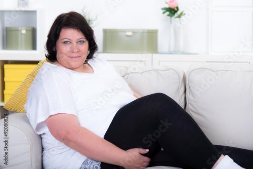 bergewichtige frau auf dem sofa fotos de archivo e im genes libres de derechos en. Black Bedroom Furniture Sets. Home Design Ideas