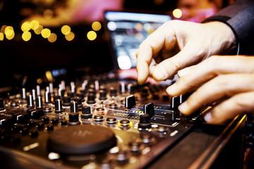 Mischpult eines DJ, DJ-Pult