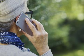 ältere Frau mit Handy