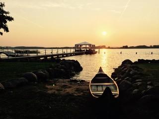 romantischer Sonnenuntergang mit Boot am See
