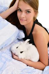 femme avec lapin
