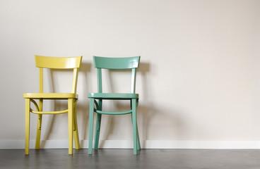 Paartherapie Eheberatung Symbol – Zwei Stühle im Wartezimmer vor Wand