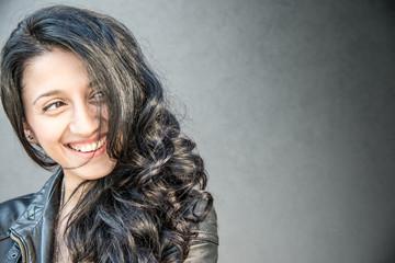 ritratto di ragazza bruna sorridente