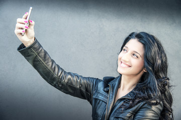 ragazza mora che fa un selfie