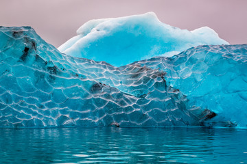 Photo sur Plexiglas Glaciers Blue iceberg in cold lake, Iceland