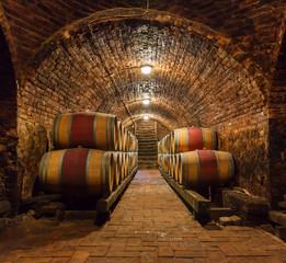 Beczki dębowe w podziemnej piwnicy z winem