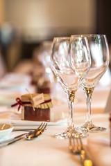 Gedeckter Tisch mit Gläsern