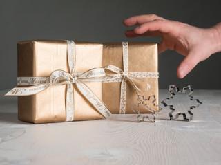 Geschenke, Ausstechformen, Hand greift nach Geschenken, Weihnach