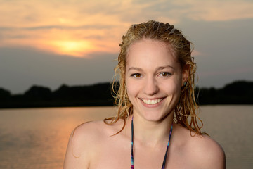junge Frau mit nassen Haaren am See,  Brandenburg, Deutschland
