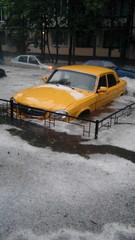 Желтая волга в наводнении