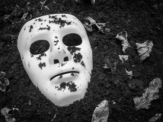 Leinwandbilder - Scary Halloween mask on the ground