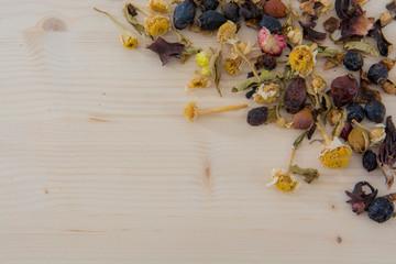 tè su tavola di legno