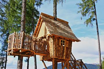 Cerca immagini favole for Case in legno sugli alberi