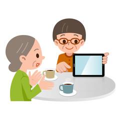 タブレットPCで説明するシニア女性