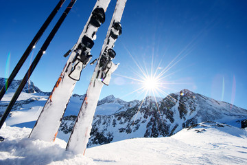Keuken foto achterwand Wintersporten Ski equipment in high mountains in snow at winter