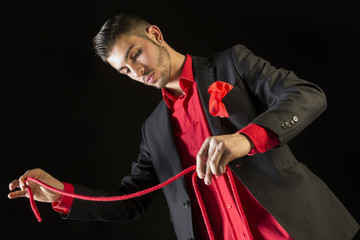 Mago haciendo trucos con cuerdas