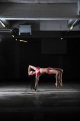 breakdance  oder Street dance im bikini