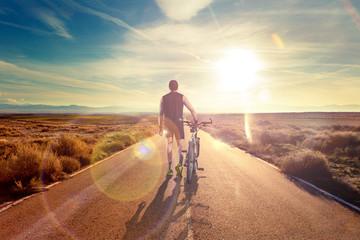 Bicicleta y aventuras, estilo de vida. Ciclista y  paisaje de carretera