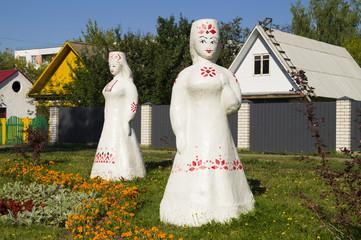 Фигуры женщин из гипса в национальных костюмах