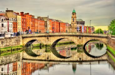 Photo sur Plexiglas Jaune de seuffre View of Mellows Bridge in Dublin - Ireland