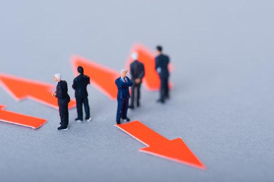 議論するビジネスマンと反対の矢印