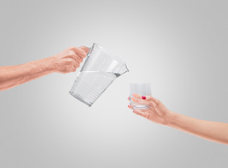 Acqua versata con caraffa e bicchiere