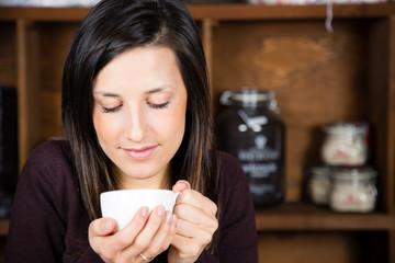 Bella ragazza che beve il tè
