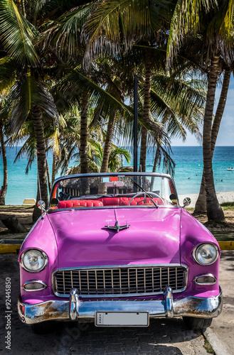 pinker oldtimer parkt am strand in kuba stockfotos und. Black Bedroom Furniture Sets. Home Design Ideas