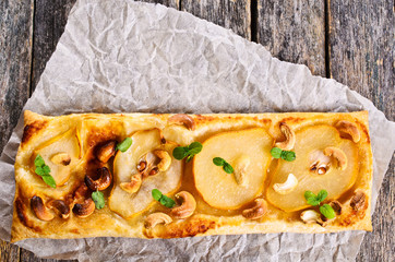 Tart with pears and nuts