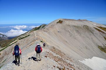 尾根を歩く登山者